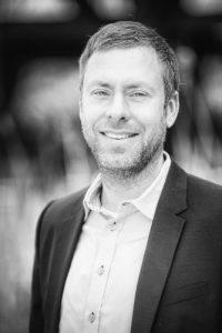 Nexuro Versicherungsmakler und Geschäftsführer Patrick Palz in schwarz-weiß