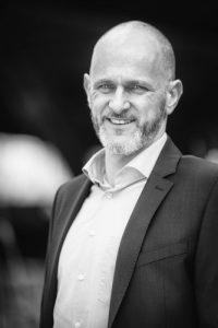 Nexuro Versicherungsmakler und Geschäftsführer Tobias Schmidt in schwarz-weiß